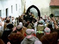 """Im Jahr 1530 hielt sich Martin Luther tatsächlich in Coburg auf. 2003 wurde hier der Film """"Luther"""" (Szenenfoto) gedreht. Die Veste Coburg erschien den Filme- machern geeigneter als die Wartburg. Foto: Rolf von der Heydt / neue film produktion GmbH (auf DVD und Blue-Ray im Handel)"""