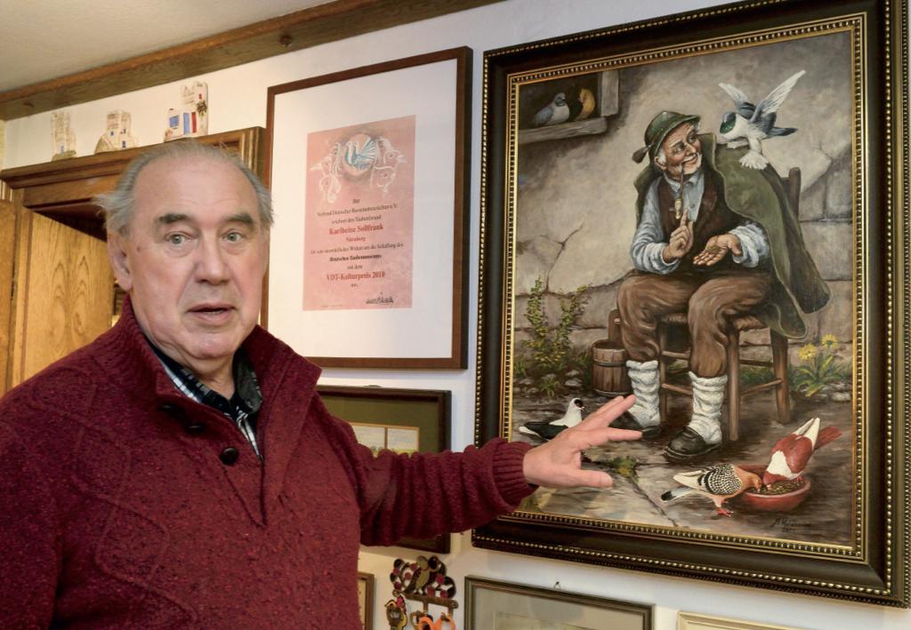 Karlheinz Sollfrank vor seinem Lieblingsgemälde. Ein Werk des verstorbenen Malers Max Holdenried.