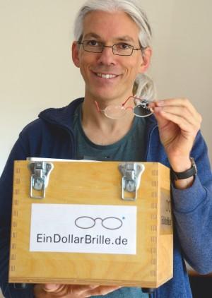 Martin Aufmuth mit seiner Brillenbox.