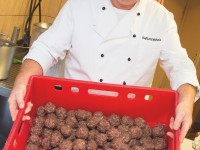 Chefkoch Willibald Bernet mit den Leberknödeln