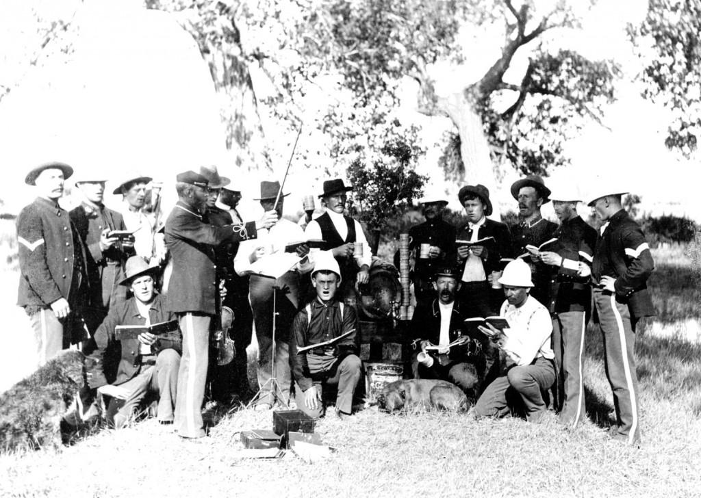 Deutscher Gesangverein des 22. Infanterie Regiments unter der Leitung von Christian Barthelmeß, dirigierend mit seiner Viola, um 1888.
