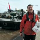 Steuermann Marcel mit der Portativmahlzeit aus der Drive-In-Metzgerei für Binnenschiffer