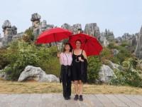 Die Sonne brennt, die Frisur sitzt. Die beiden Künstlerinnen Angelika Summa (links) und Christiane Toewe freuen sich über die sonnigen Seiten Chinas.