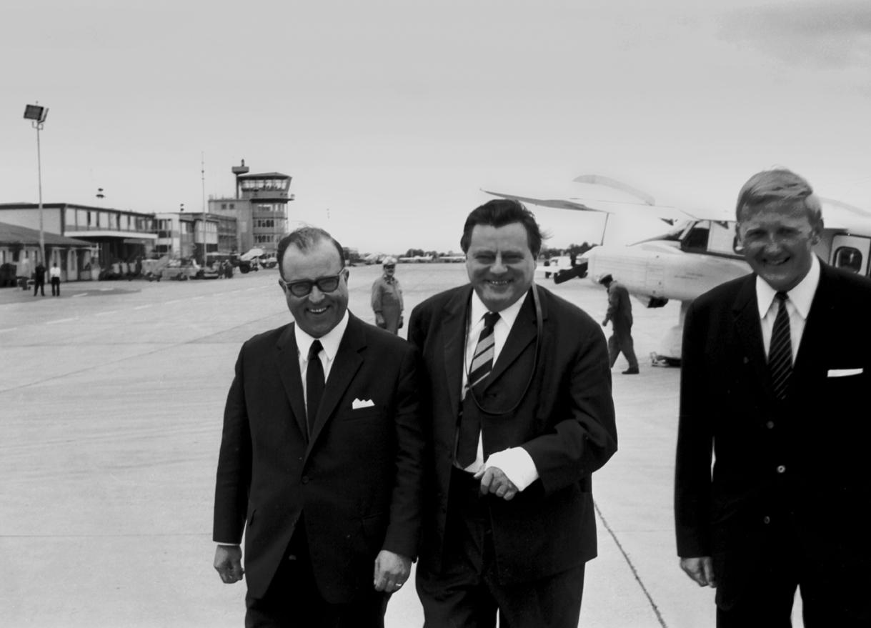 Der damalige Verteidigungsminister Franz-Josef Strauß bei seiner Ankunft in Nürnberg, Fotografie von 1962