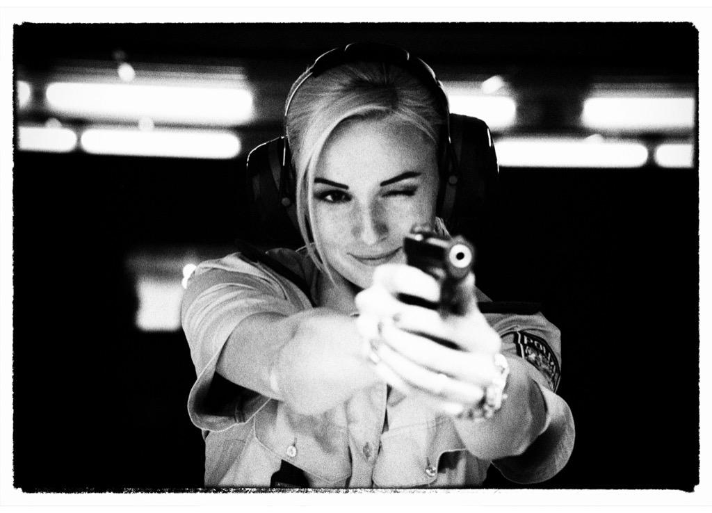 Regelmäßige Schießübungen gehören zum Berufsalltag. Die Polizeiobermeisterin (POMin)  ist dabei froh, daß sie bisher noch nie direkt mit der Waffe auf einen Menschen zielen,  geschweige denn schießen mußte