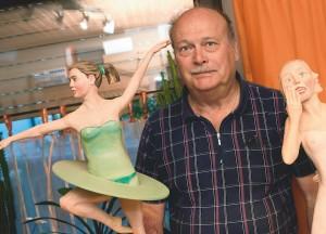 Der pensionierte Polizist schnitzt nicht nur Krippenfiguren – auchTänzerinnen haben es ihm angetan.