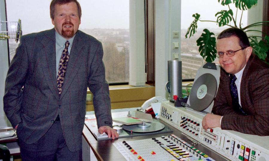 Sozusagen der BR in Würzburg: Eberhard Schellenberger (l) für den Hörfunk, Wolfgang Schramm für das BR-Fernsehen, im Februar 1997, beim 20jährigen Jubiläum des Studios.