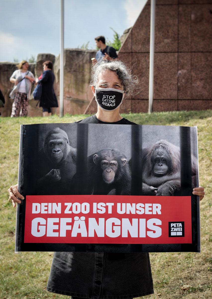 Aktivistin des PETA-Streetteams demonstriert gegen die Tierhaltung im Zoo