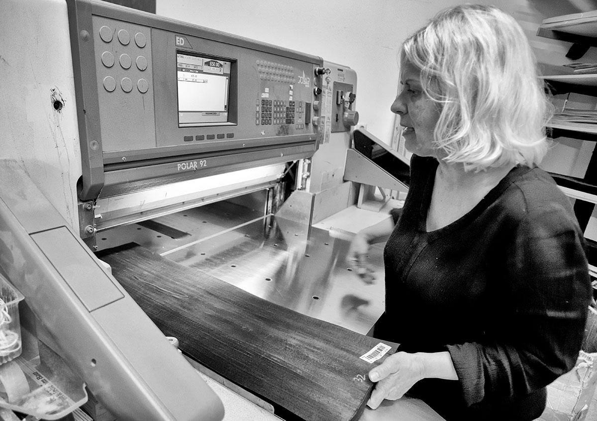 Alle wichtigen Arbeiten zur Herstellung der Schachbretter erledigt Corinna Ulbrich selbst.